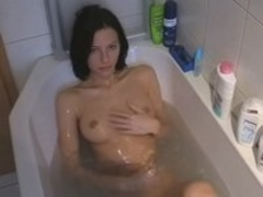 Kinky action in hot bath